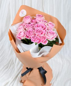 ช่อดอกกุหลาบสีชมพูหวาน จัดเต็มช่อ 15 ดอก