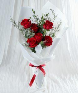 ช่อดอกกุหลาบสีแดงก่ำ จำนวน 6 ดอก