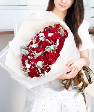 ช่อดอกกุหลาบสีแดง 60 ดอก จัดเป็นช่อพร้อมตกแต่งอย่างสวยงาม