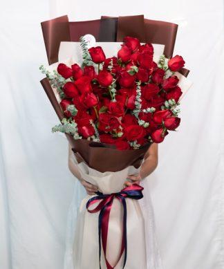 กุหลาบแดง 100 ดอก จัดช่ออย่างพิถีพิถัน พร้อมแซมด้วยใบยูคาลิปตัส