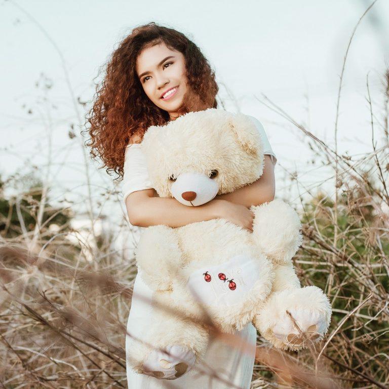 ผู้หญิงกับตุ๊กตาหมีวันวาเลนไทน์ น่ารัก น่ากอด