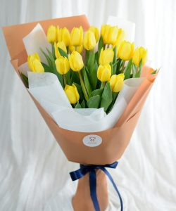 ช่อดอกทิลิปสีเหลือง ห่อด้วยกระดาษสีชานมและขาว