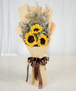 ช่อดอกไม้ทรงสูง ประกอบด้วยดอกทานตะวัน 3 ดอก