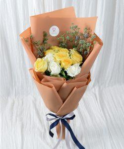 ช่อดอกไม้โทนสีอบอุ่น จัดด้วยดอกกุหลาบสีเหลืองและขาว