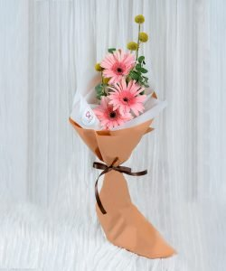 ช่อดอกไม้ จัดด้วยดอกเยอบีร่าสีชมพู 3 ดอก จัดเป็นทรงสูง