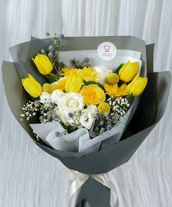 ช่อดอกทิวลิปสีเหลือง แซมด้วยดอกกุหลาบและดอกยิปซี