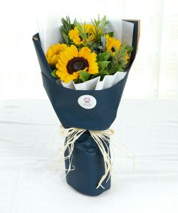 ช่อดอกไม้ทรงสูง จัดด้วยดอกทานตะวัน 4 ดอก