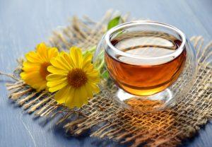 ถ้วยน้ำชาที่ข้างในมีชาทำมาจากดอกดาวเรืองหม้อ
