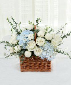 กระเช้าดอกไม้สด จัดด้วยดอกกุหลาบสีขาวและดอกไฮเดรนเยีย