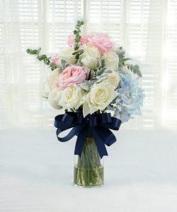 แจกันดอกไม้สด จัดด้วยดอกกุหลาบและดอกไฮเดรนเยีย ผูกริบบิ้นสีน้ำเงิน