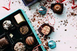 ช็อกโกแลตวาเลนไทน์หลายรสบรรจุอยู่ในกล่องสีฟ้า