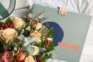 ช่อดอกกุหลาบและการ์ดบอกความรู้สึกในใจ