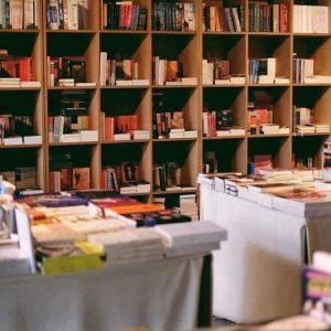 ภาพชั้นหนังสือที่ร้าน Candide Books&Café
