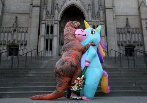 คู่รักใส่ชุดไดโนเสาร์และยูนิคอร์นมาออกเดตนอกบ้าน