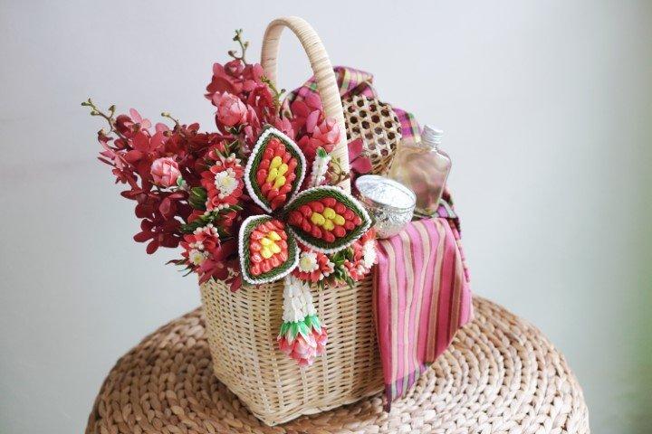 กระเช้าดอกไม้ (แบบมาลัยไทย) + เซตน้ำอบ