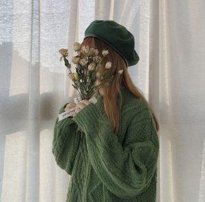 ถ่ายรูปเสื้อเขียวพร้อมดอกไม้