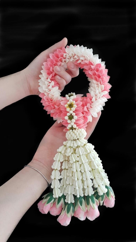 มือถือพวงมาลัยสีชมพู-ขาว