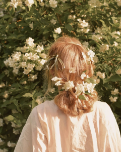 ถ่ายรูปพร้อมมงกุฏดอกไม้