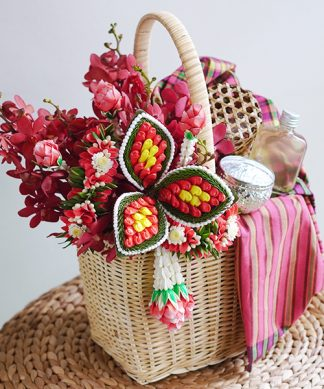 กระเช้าดอกไม้ เเบบมาลัยไทย พร้อมชุดน้ำอบไทย ดินสอพอง และขันเงิน