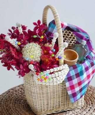 กระเช้าดอกไม้ ไทยโมเดิร์น มาพร้อมกับน้ำอบไทย ดินสอพอง และขันไม้