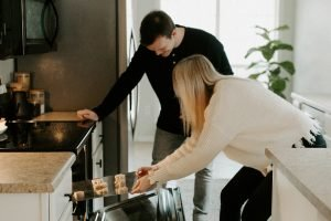คู่รักกำลังทำขนมด้วยกันอยู่ในครัว