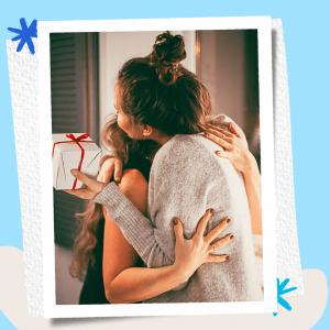 แม่ลูกกอดกันและมอบของขวัญวันแม่