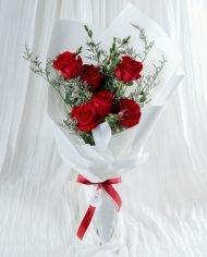ช่อดอกกุหลาบแดง 6 ดอก ห่อกระดาษสีขาว ผูกริบบิ้นสีแดง