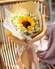 ช่อดอกทานตะวันดอกเดียว ล้อมด้วยดอกเดซี่สีขาว