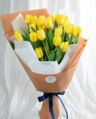ช่อดอกทิวลิปสีเหลือง สีสันสดใส