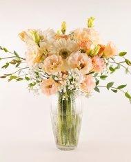 แจกันดอกไม้สด ใช้ดอกไม้โทนสีพีช เช่น ไลเซนทัส กุหลาบ