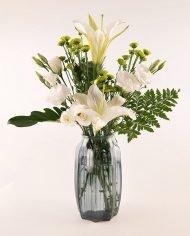 แจกันดอกลิลลี่สีขาว แซมด้วยดอกไลเซนทัสสีขาว
