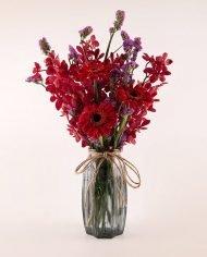 แจกันดอกไม้สีแดง จัดด้วยดอกม็อคคาร่า สแตติส และเยอบีร่า