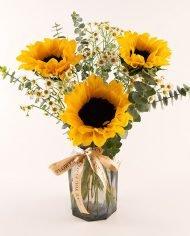 แจกันดอกทานตะวัน 3 ดอก แซมด้วยดอกยิปโซเล็กน่ารัก