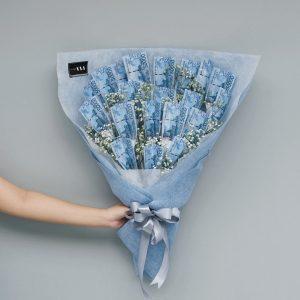 ช่อดอกไม้ที่ทำด้วยเงินโทนสีฟ้า